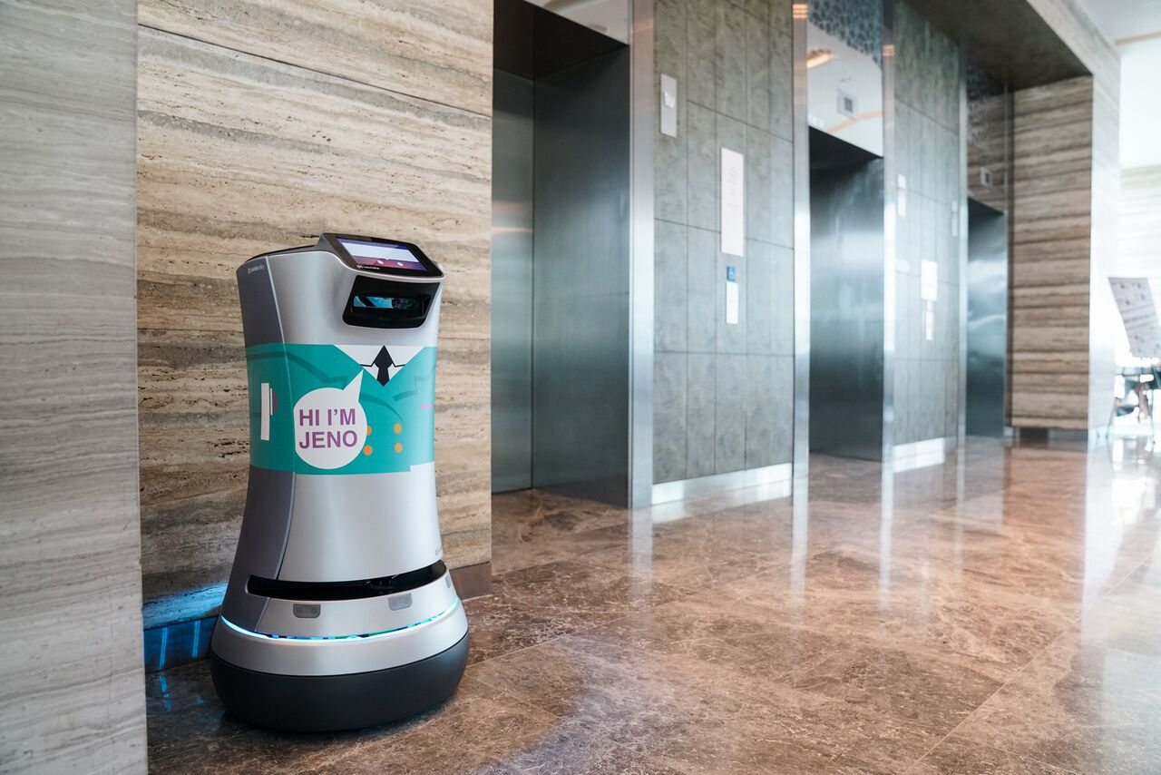 Jeno relay robot in Hotel Jen Singapore